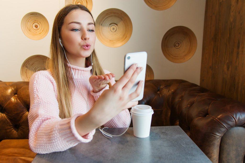 menina conversando por video chamada