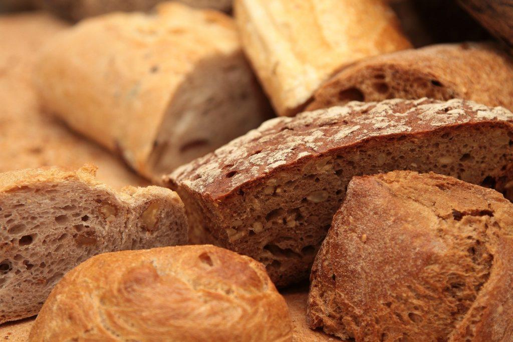 diversos tipos de pães cortados