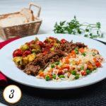 Carne desfiada, abobrinha com tomate cereja assados e arroz à grega