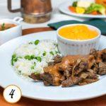 Iscas de carne acebolada ao molho ferrugem, creme de cenoura e arroz com ervilhas